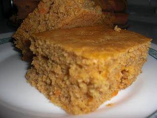 Cómo hacer Bizcocho integral de zanahoria y naranja. Batimos con un batidor de mano el yogur, los huevos y el azúcar. Le añadimos el resto de los ingredientes y mezclamos bien. Colocamos