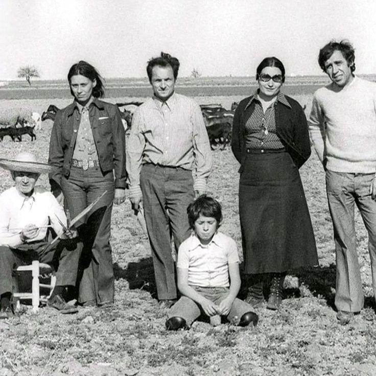 De izquierda a derecha. Antonio López Torres (sentado), Isabel Quintanilla, Antonio López García, Francesco (hijo de Isabel Quintanilla y de Francisco López), María Moreno y Francisco López en Tomelloso, 1973.