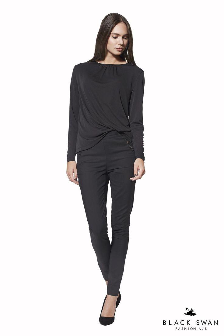 Super behagelige bukser med elastik i taljen, skinnende skær i overfladen og guld lynlås lommer, som kan styles efter smag, både i taljen og nede på hoften. Nice pants and soft top. Black Swan Fashion