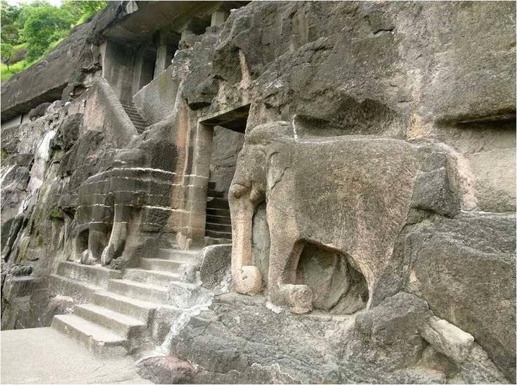Las Cuevas de Ajanta.-  Se trata de 32 grutas naturales, talladas en las colinas hace miles de años por gentes que apenas utilizaban martillos y cinceles.