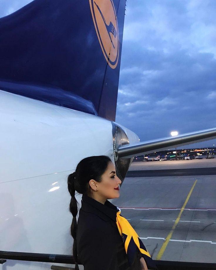 них обязательное фото стюардессы на фоне тонущего самолета полоски