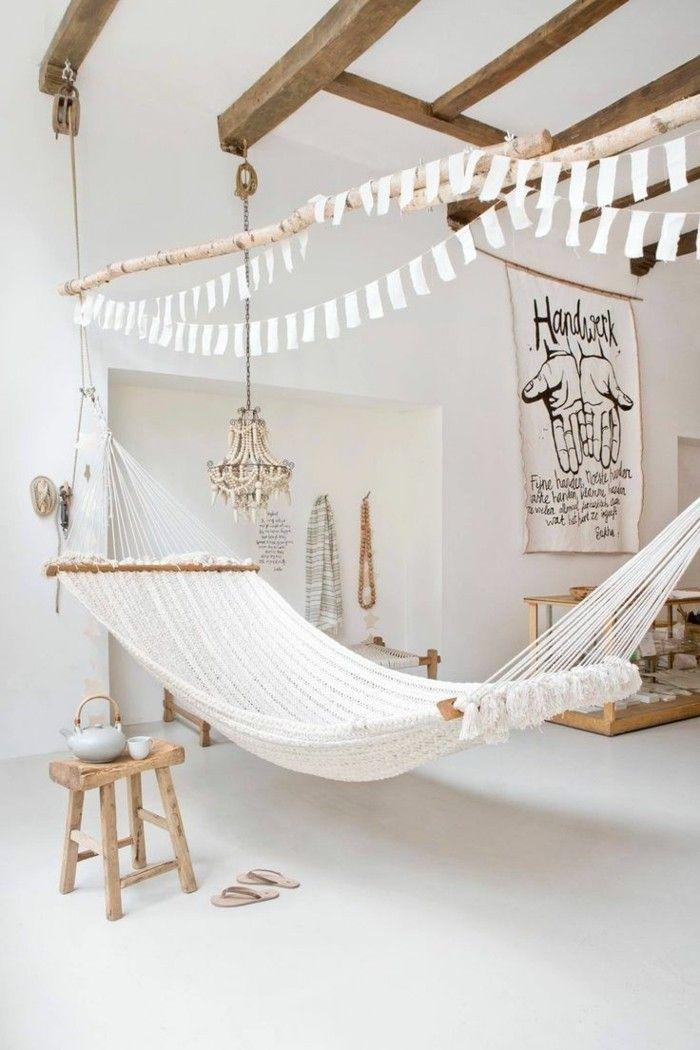 salon cocooning, style bohème, chambre blanche, plafond avec poutres en bois