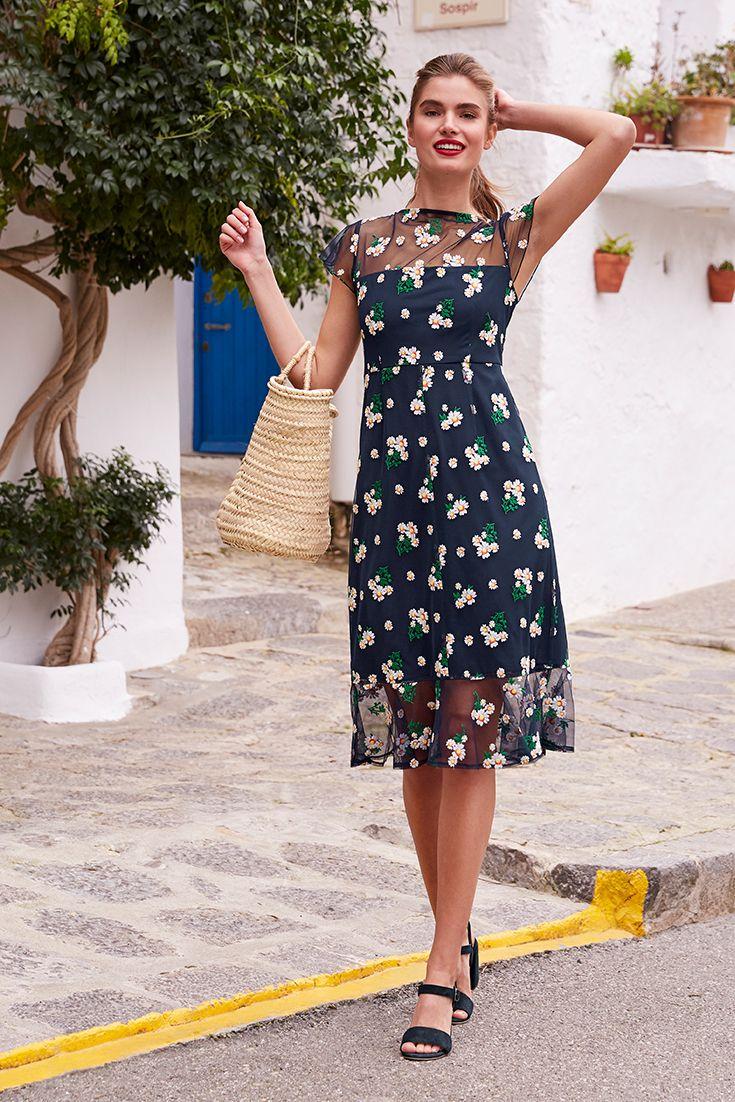 Kleid mit Stickerei  Одежда