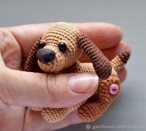 Давайте свяжем еще одну собачку! Предлагаю вариант на пуговичном креплении лапок, что позволяет игрушке быть подвижной и принимать разнообразные позы. Собачка может быть сувениром, брелком или другом для ваших кукол. Размер при вязании указанными нитками около 7 см. Для вязания собачки вам потребуется: - нитки Ирис трех оттенков коричневого цвета; - крючок №1; - наполнитель для игрушек; - краски…