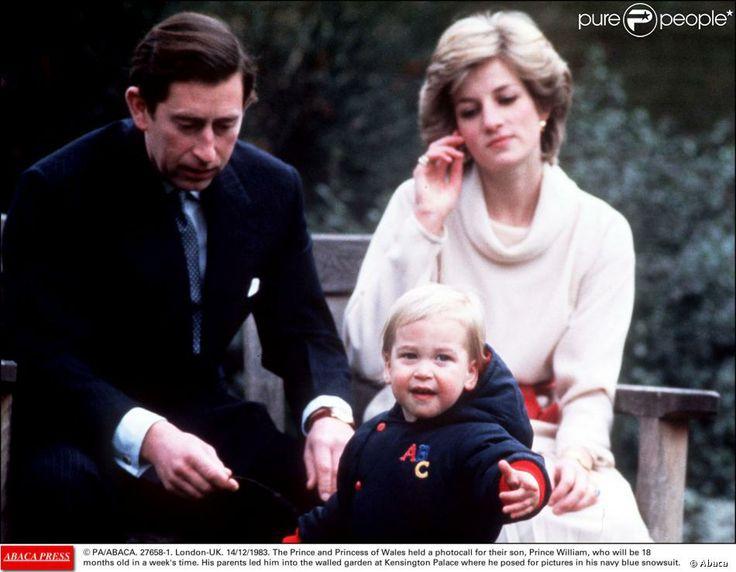 Charles e Diana posaram com o primogênito William no jardim murado do Palácio de Kensington, em 1983