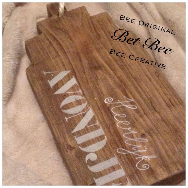 """Geweldige broodplank van steigerhout in de vorm van een trapgevelhuisje van Bet Bee. Handig met ophanglus. Op de plank de tekst """"heerlijk avondje"""", leuk om op pakjesavond al het Sinterklaas-lekkers op re serveren. www.betbee.nl"""