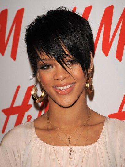 Rihanna con lunga frangia asimmetrica
