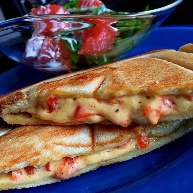 アメリカ南部の料理、ピメントチーズでホットサンドな朝ごはんより。 とろりんチーズと赤パプリカ、マヨネーズ。。 このピメントチーズは、多分大人子どもみんな好きな味だと思います。 超簡単なんで後ほどレシピのせてみます。 最近の我が家の定番サンドです。 - 333件のもぐもぐ - PimientoCheeseHotSand/ピメントチーズホットサンド by romie