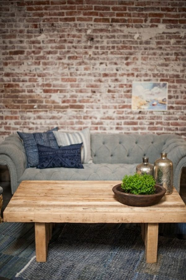 couchtisch holz massiv ziegelwand sofa