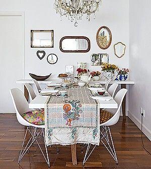 HISTÓRIA NO REFLEXO Colecionadora de artigos de família, a designer esperou anos para exibir seus espelhos de estimação. A parede escolhida foi a da sala de jantar de seu apartamento.