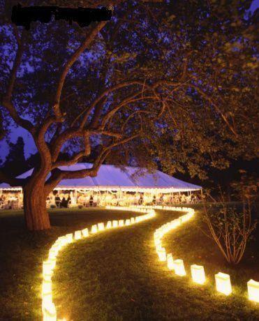 Un camino de luz guía a tus invitados hasta el lugar de la celebración…