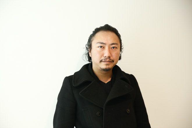 今業界で話題になっているブランド「名前が無いブランド」。「名前が無いブランド」というブランド名ではなく、ブランド名を持たないブランドという意味で結果的に「名前が無いブランド」と呼ばれている。東京藝術大学を卒業して「Maison Martin Margiela(メゾン マルタン マルジェラ)」などでキャリアを積んだデザイナーの小野智海がブランドに名前を付けなかったその理由とは。