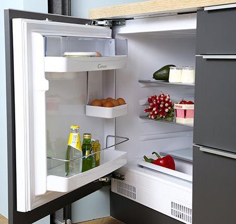 Petit frigo intégré sous plan, invisible et accessible, adapté aux petits espaces.  Modèle : SoCoo'c Compact Trendy #petitecuisine #petitespace #cuisinemoderne #astuces #équipement #cuisines #électroménager #frigo