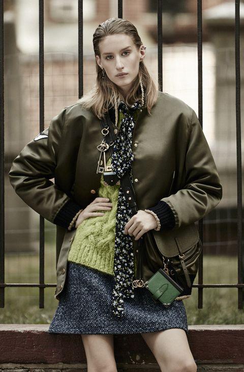 Bomber,  de Tommy Hilfiger x Gigi en Zalando.   Vestido de   seda (1.645 euros), jersey de lana y falda de tweed, de Michael Kors.  Bolso (1.850 euros), de Prada. Pendientes   (650 euros), de Dior.