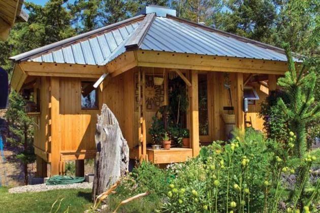 Casa de 28 de metri pătraţi este înconjurată de o grădină, proprietara fiind pasionată de legumicultură şi horticultură