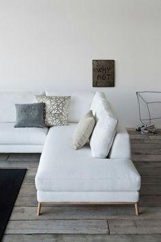 Un canapé blanc simple et chic - Contraste avec le parquet assez brut