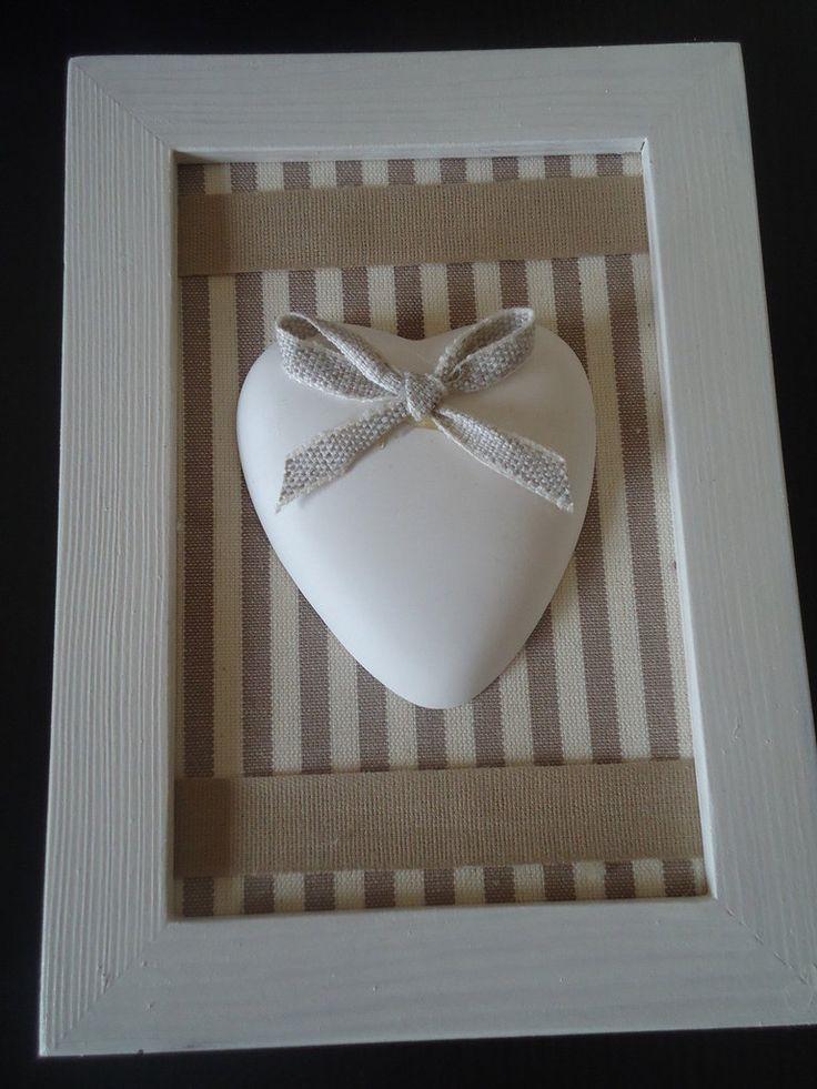 Bellissino quadretto mis.13x18 con cornice in legno dipinto bianco con all'interno fondo di stoffa e gessetti profumati. Idea regalo, per abbellire la casa o per una bomboniera originale.