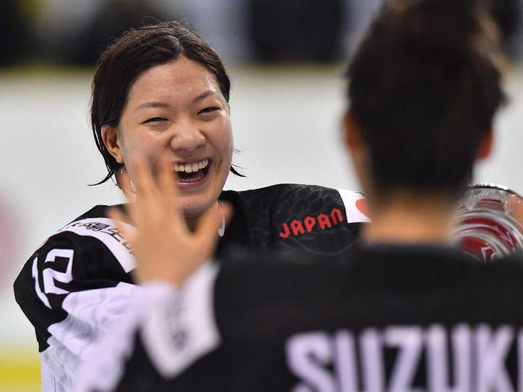 12日に北海道苫小牧市であったアイスホッケー女子の平昌冬季五輪最終予選で、日本代表「スマイルジャパン」が2大会連続の五輪出場を決めた。チームをまとめたのは、25歳のFW大沢ちほ主将(道路建設ペリグリン)。故郷で平昌行きを決めて「最高。主将としてずっと笑顔でいるように心がけていた」と声を弾ませた。