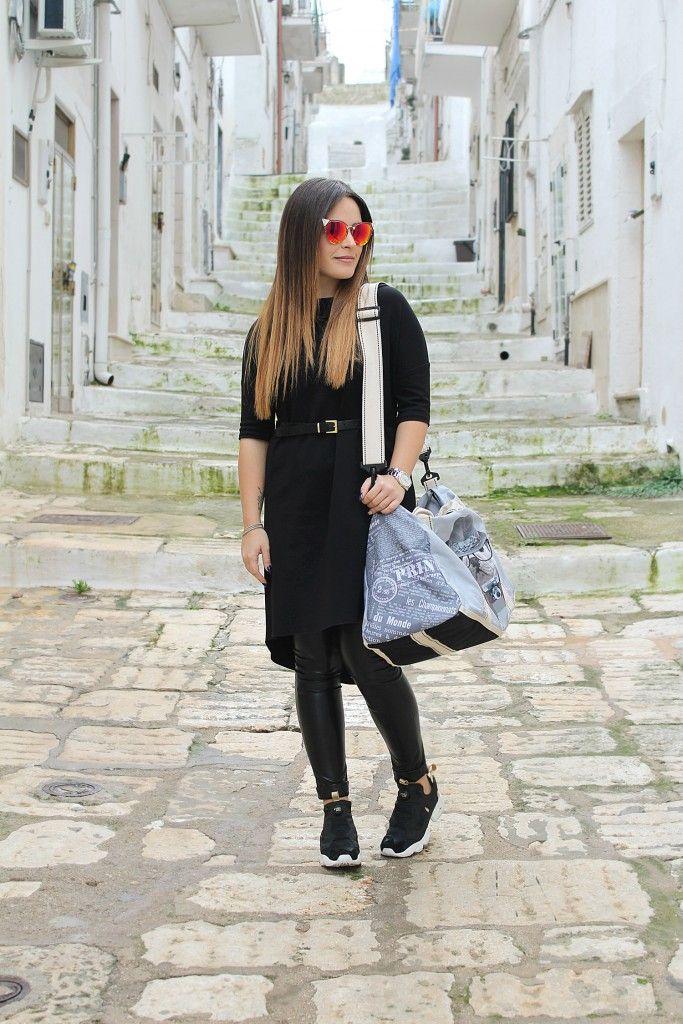Pantaloni di pelle e vestito nero: un look comodo per viaggiare!