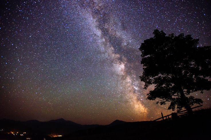 «Ночью, когда ты будешь смотреть на небо, ты увидишь мою звезду, ту, на которой я живу, на которой я смеюсь. И ты услышишь, что все звёзды смеются. У тебя будут звёзды, которые умеют смеяться!»  Антуан де Сент-Экзюпери. «Маленький принц»  Хорошего вечера, друзья!  #ethnomir #этномир #цитата #вечер #суббота #звезды #фото
