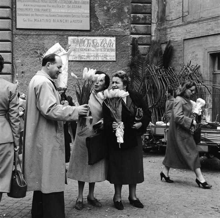 Roma negli anni Cinquanta, solita e stupenda: Due mazzi di tulipani appena raccolti a Roma, nel 1955. (Werner Rings/BIPs/Getty Images) - Il Post