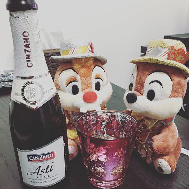 【iidaaya9471】さんのInstagramをピンしています。 《#CINZANO #Asti #ハーフボトル #可愛い #スパークリングワイン #結婚式の引き出物 #桜 #グラス #ディズニー #チップとデール #一人呑み スーパーに行ったらAstiあったのでついつい(*´꒳`*)》