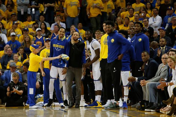 Players On The Golden State Warriors Bench React To A Basket Made By Teammate Klay Thompson Golden State Warriors Golden State Warriors Pictures Klay Thompson