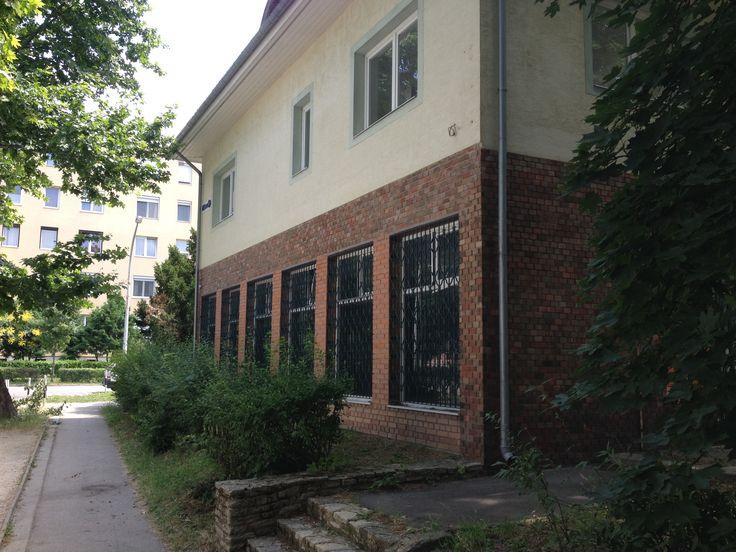 Deák Ferenc utcai épületünk a Martinovits utca felől nézve.