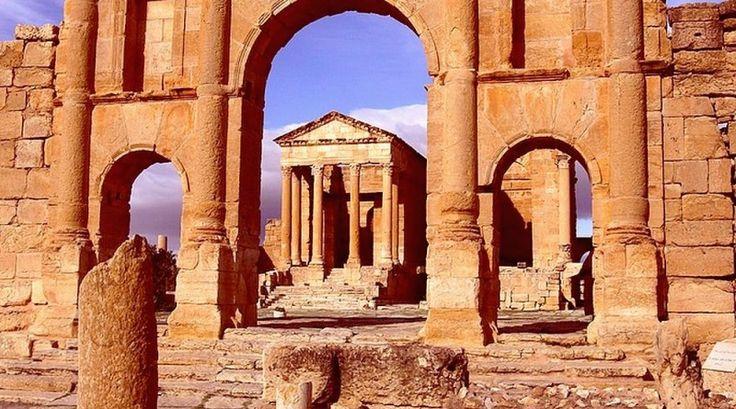 Temple de Minerve depuis l'arc de triomphe d'Antonin le Pieux, Sbeïtla, Tunisie