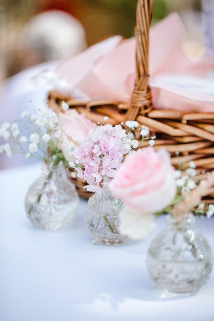Kleine Vasen mit einzelnen Blumen als Dekoration bei der Hochzeit.  Foto: Annika & Gabriel Fotografie