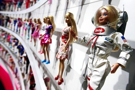 """Mattel. - 1.- En 1965 vendieron una muñeca con una pequeña guía que decía: """"Cómo perder peso"""". La sugerencia del libro era: """"No comas"""".  2.- Los muñecos de bebés mecanizados que hacían parecer como si comieran ocasionaron miles de accidentes a niños que se les quedaba atrapado el dedo o el cabello en la boca, Mattel no se responsabilizó por ello.  3.- Fisher Price, una marca de Mattel, fabrica juguetes con más de 180 veces el nivel permitido de plomo."""