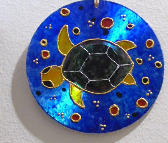 Idée de recyclage pour prendre soin de notre bonne vieille Terre !!! Les tortues sont peintes sur la surface de vieux CD avec de la peinture vitrail, côté données, ce qui donne un superbe rendu irisé. Le dos du CD est recouvert de papier créé à partir dune de mes aquarelle. Prêts à
