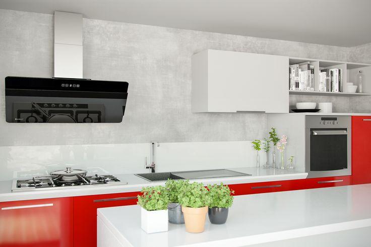 Beton architektoniczny w kuchni otwartej na salon / Elegancka popiel w połączeniu z czerwienią / Okap przyścienny skośny GLOBALO Merto