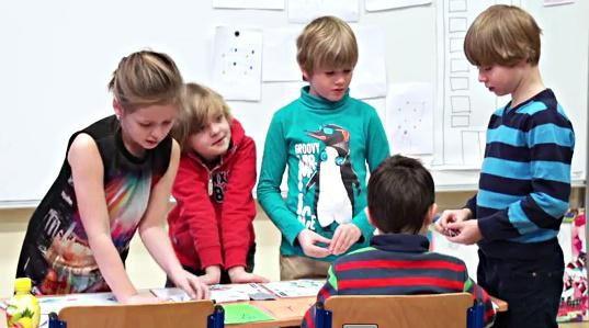 Umíte si představit třídu, která sborem tvrdí, že ve škole ji nejvíce baví matematika? Metoda profesora Hejného je hit posledních let, děti a učitelé jsou z ní nadšení, jen rodiče občas znervózní, že tímhle způsobem se jejich děti počítat nenaučí. Podívejte se, nakolik jsou tyhle obavy na místě.OHODNOŤTE TENTO POŘAD NA ČSFDZDE.Více o spolupráci a komunikaci mezi rodiči a školou se dozvíte také zde:www.rodicevitani.czwww.eduin.czNajdete nás i na ...