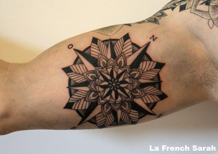 Rose des vents tatouage Mandala sur intérieur bras biceps homme