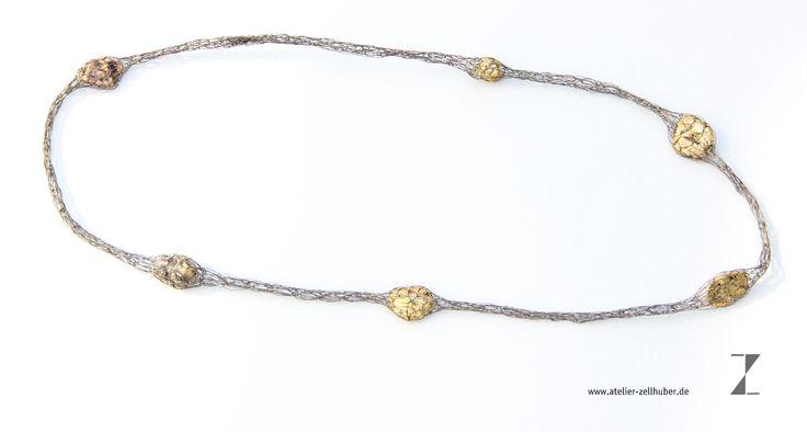 Kette, handgestrickt aus Titandraht mit      Gold -Nuggets