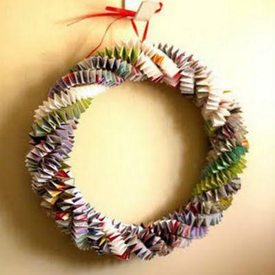 couronne de noël avec des bandes de papier magazine pliées en accordéon