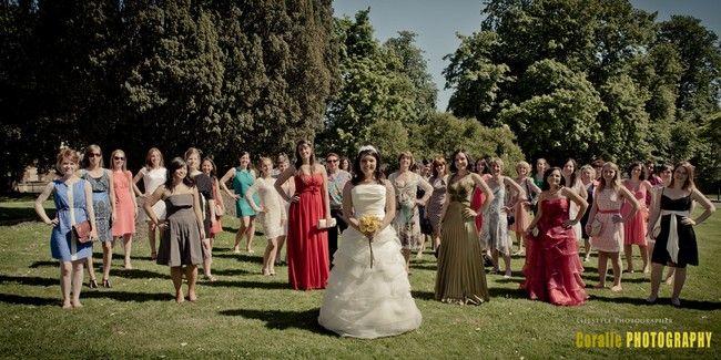 Photo de groupe : les filles éparpillées. - Coralie photography via The bride Next Door
