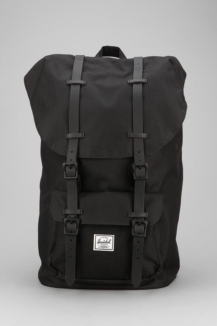 Helfarge er kult og maskulint. Være seg sort, korall, gul... Herschel Supply Co. Little America Weather Backpack #urbanoutfitters