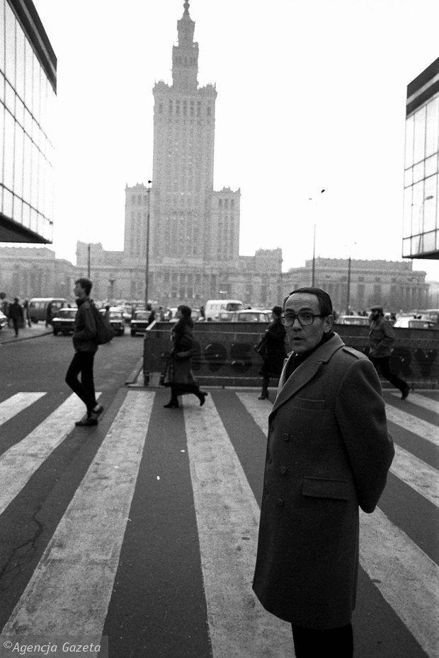 1982 rok. Tadeusz Konwicki na ul. Złotej