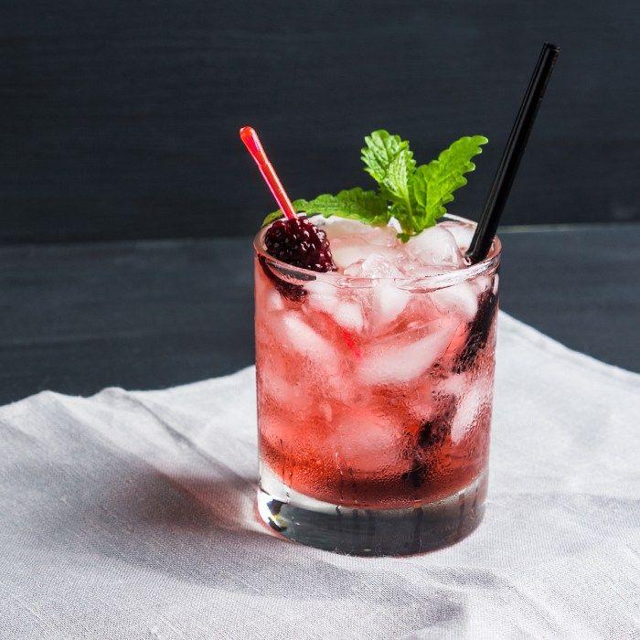 Sigue leyendo: Cocteles clásicos: Negroni Coctel de durazno y romero Spritzer de granada y limón Moscow mule Coctel de prosecco y limon con infusión de tomillo Vodkaberry: vodka con moras azules para el verano