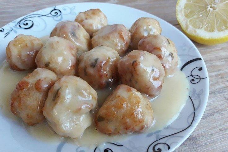 Le polpette di pollo con crema al limone sono un secondo piatto dal sapore fresco e soprattutto irresistibile. Ecco la ricetta