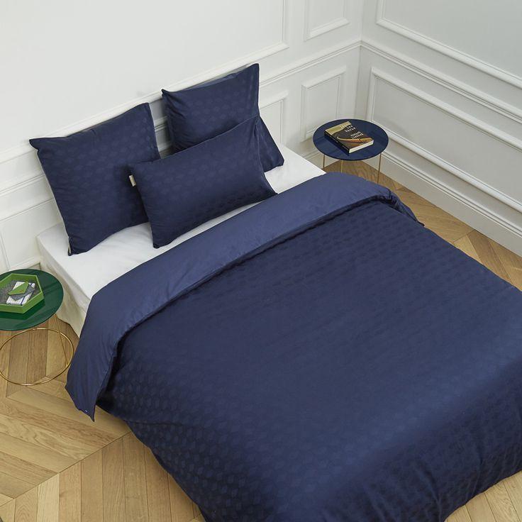 Le coloris naturel ou profond de cette parure de lit, ainsi que sa sobriété, insuffleront sagesse et intemporalité à votre chambre. Une belle invitation à la méditation. Coton 57 fils/cm2.La parure est composée de :Lit 160x2002Taies d'oreiller62x62 cm1Housse de couette260x240 cmParures 160x220 cm s'adaptent aussi aux lits de 180x200 cm.