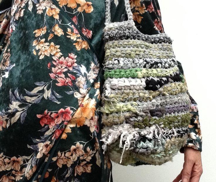Blij om mijn nieuwste toevoeging aan mijn #etsy shop te kunnen delen: Handmade duurzame dames tas van repen gerecyclede stof en katoendraad. Crocket bag with fabric strips. OOAK #tassenenhandtassen #groen