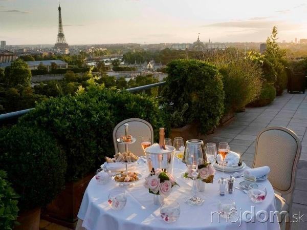 V meste nebude romantiky o nič menej. Panoráma s Eiffelovkou je na to ideálna, no nie nevyhnutná. Luxusne prestretý stôl so šampanským a rozkvitnutými ružami urobí zo spoločného jedla nezabudnuteľný zážitok.