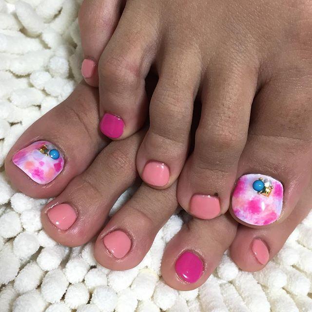 研修モデルさんのフットネイルです! お手元と同じターコイズの石をのせて、お足元はピンクにしました♪  タイダイ柄がポイントになってで可愛いです(^^) ありがとうございました!  #nail#rococo#kajigaya#kajigayanailsalon#swag#nailsalon#handnail#footnail#newnainl#fashion#pink#naildesign#shortnail#artnail  ご予約はこちらから →http://beauty.hotpepper.jp/kr/slnH000308982/