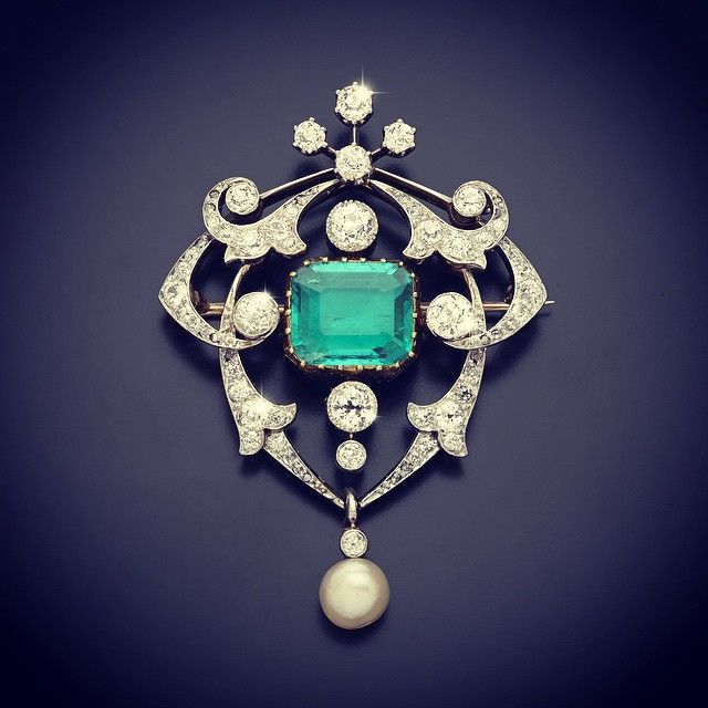 This Edwardian brooch was consigned through our Mayfair office. Once used to settle a debt to the vendor's great grandfather it's now lot 368 in our Antique and Modern Jewellery auction on 14th May.  #brooch #jewellery #jewelry #antique #antiquejewellery #mayfair #london #auction #fellowsauctions #edwardian #columbianemerald #emerald #naturalpearl #pearl #platinum #diamond
