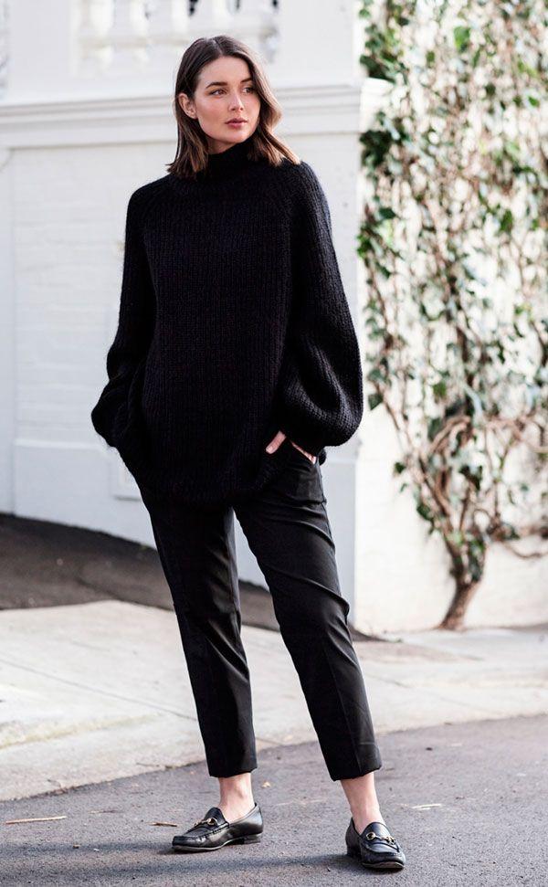 O truque pra equilibrar um look oversized é deixar um pouco de pele à mostra. Se o suéter é giga e a calça é larguinha também, lembre de escolher um modelo que deixe os tornozelos de fora.