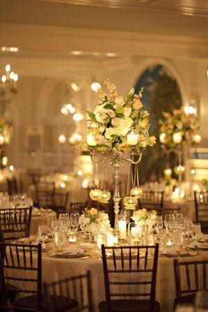 高さのある会場装花はゴージャス感たっぷり。 キャンドルも設置しているので結婚式会場が、ムーディーであり、エレガントでラグジュアリーな空間に♪ *高級感のある会場装花 一覧*