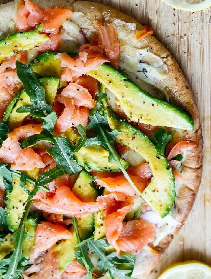 Bloemkoolpizza met gerookte zalm, zuivelspread en avocado. Dit lekkere en gemakkelijke recept is echt een aanradertje!